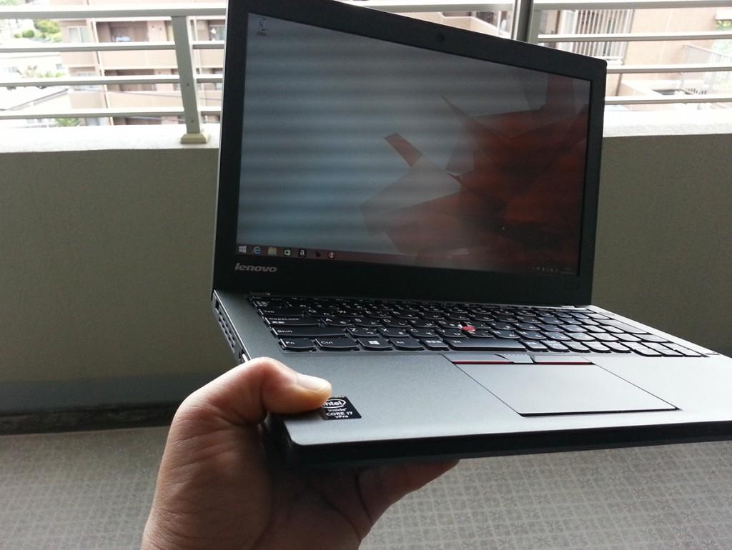 ThinkPad X250、片手で保持したイメージ